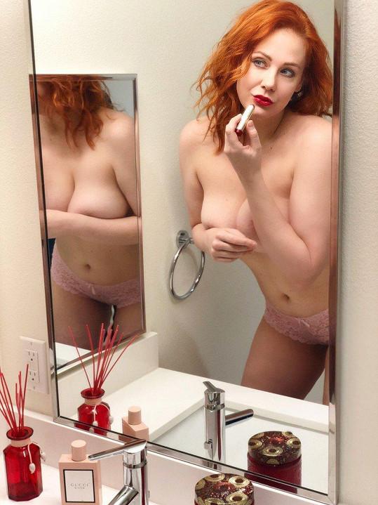 Maitland ukázala prsa rovnou dvakrát. I v zrcadle.