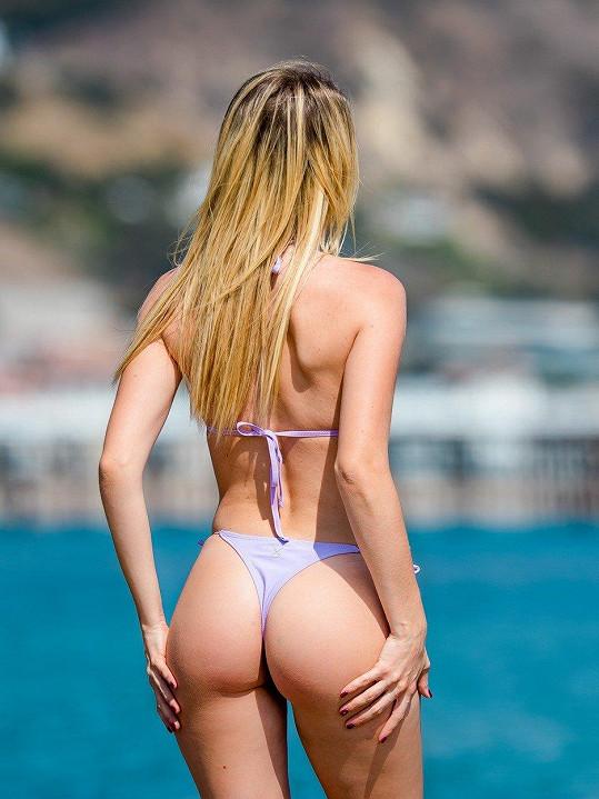 A takhle jí to slušelo, když před pár dny lovila v bikinách sluníčko na pláži v Malibu.