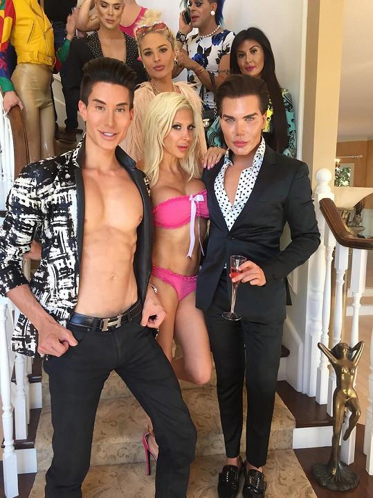Tři bizarní kamarádi spojí síly v bizarní reality show.