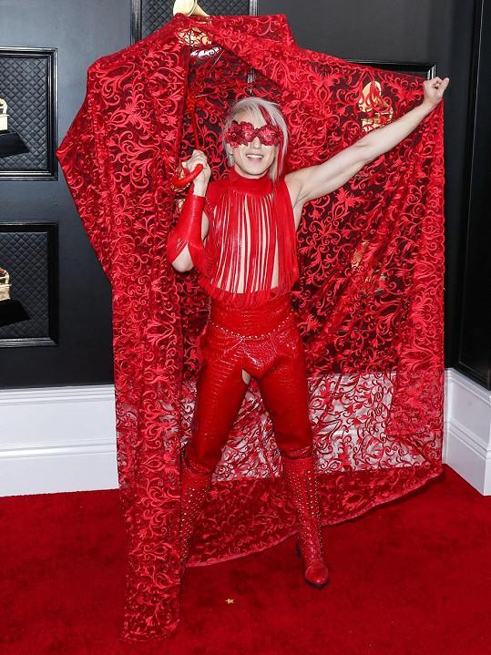 O největší drama se postaral zpěvák Ricky Rebel. Věrný svému jménu zvolil motýlek jako vystřižený ze striptýzového klubu pro choromyslné mixnutý kostýmem červené kalkuly.