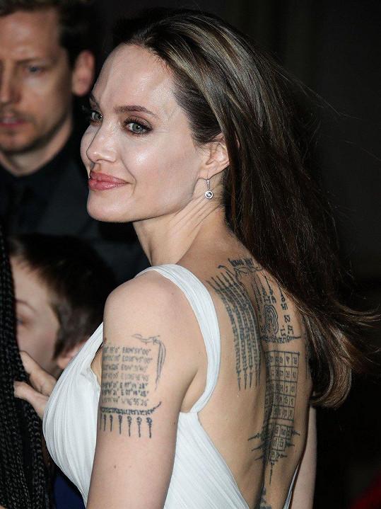 V krásné róbě herečka ukázala potetovaná záda.