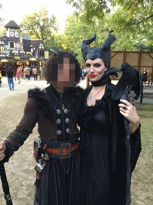 Kostýmy na různé maškarády má ale celkem vyřešené...