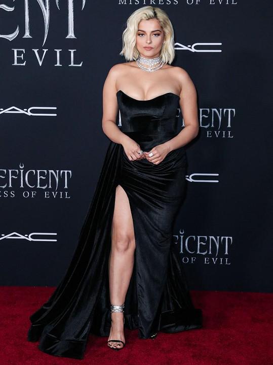 Bebe Rexha zvolila na premiéru elegantní šaty s vysokým rozparkem.