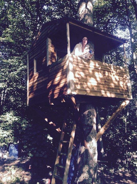 Lisa Appleton žije v domku na stromě.