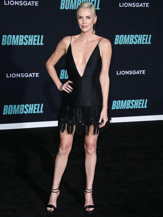 Charlize dorazila na premiéru ve velmi sporém modelu.