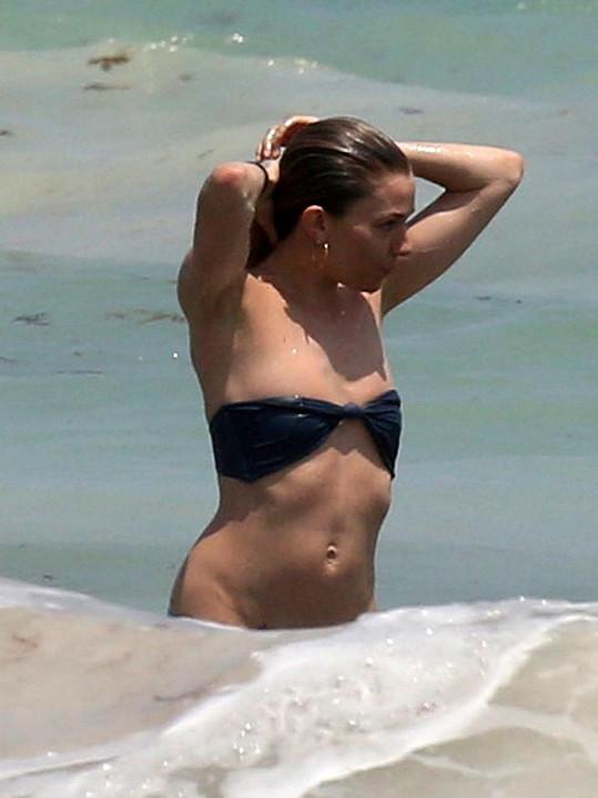 Kam zmizel spodní díl jejích plavek?