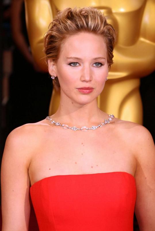 Nenápadný účes a jednoduché šperky v podání Jennifer Lawrence