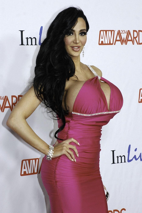 Amy Anderssen se vnady nevešly do šatů.