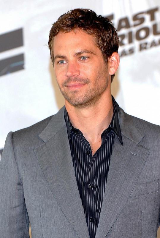 Tmavší vlasy a strniště nosil v roce 2009.