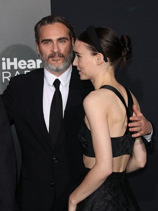 Joaquin Phoenix a Rooney Mara se těší na první dítě.