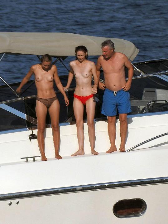 Eddie Irvine vyplul na moře rovnou se dvěma dívkami.