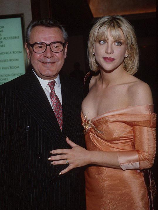 Courtney Love na Miloše Formana vzpomíná jako na hrdinu.