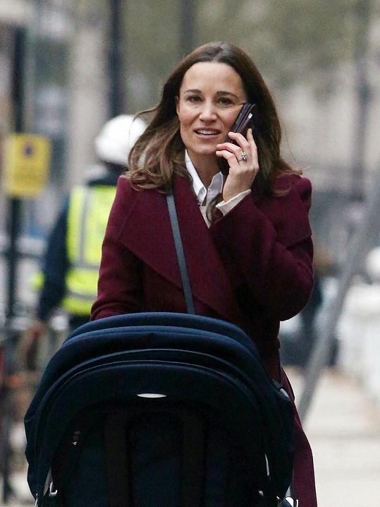 Pippa Middleton na procházce s kočárkem.