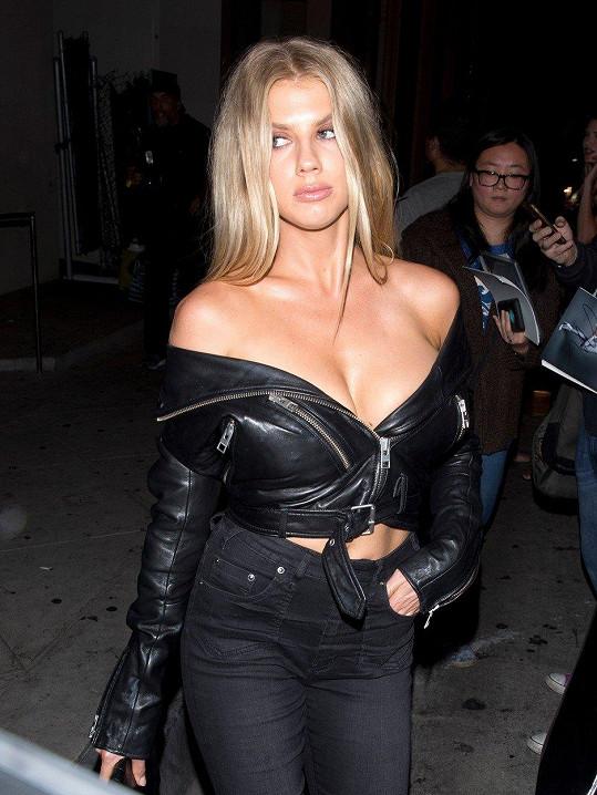 Charlotte McKinney je pořádně sexy i v kožené bundě.
