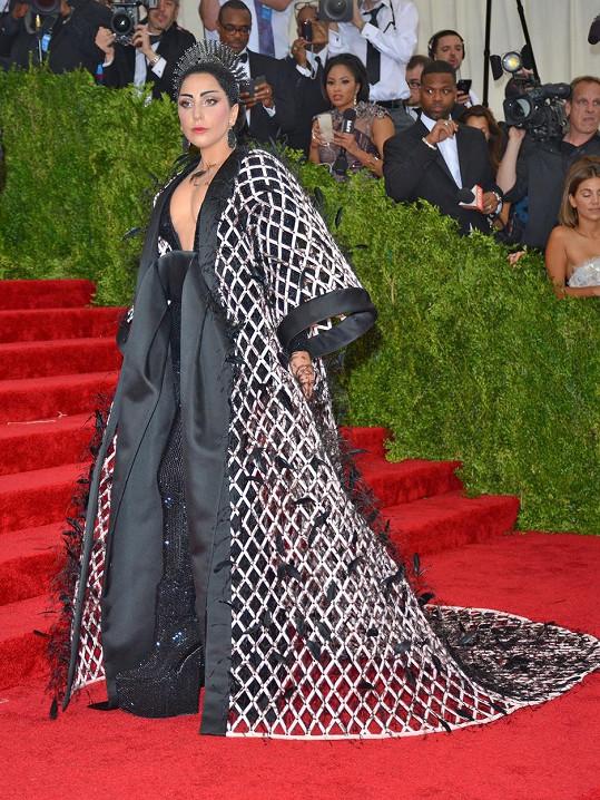 Lady Gaga se nikdy nevzdá příležitosti se předvádět. Východní atmosféru se jí podařilo dokonale ztělesnit v modelu od Balenciaga. Popová diva zvolila transparentní perforované kimono zdobené peříčky, které ladilo s čelenkou zasazenou do černých vlasů a se šperky Fred Leighton.