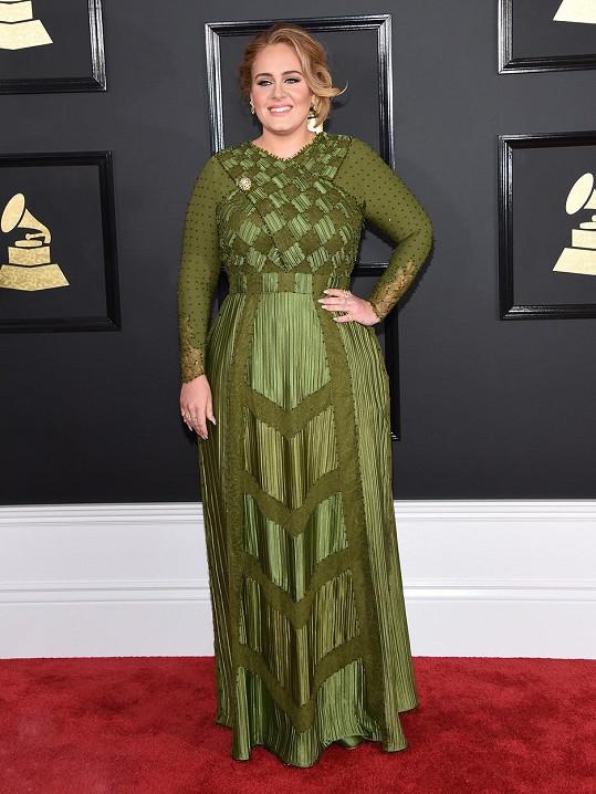 Svou tvárnou ženskost nechala Adele sešněrovat Haute Couture róbou od Givenchy s dominující šachovnicí v živůtku a rukávy zdobenými krystaly. Armádní zelená barva pak dokonale sedí jejímu typu, barvě vlasů a líčení.
