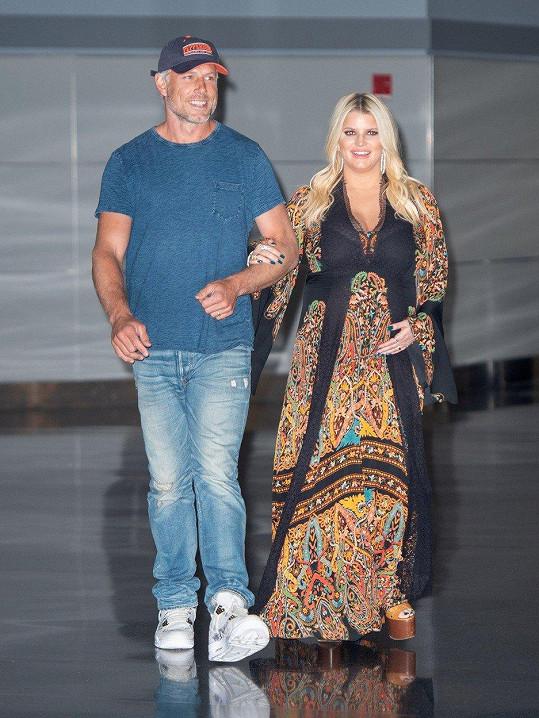 Jessica Simpson s manželem Ericem Johnsonem ukázala těhotenský pupík.
