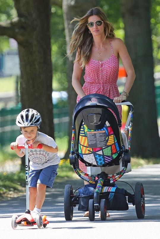 Gisele a její potomstvo na procházce v Bostonu.