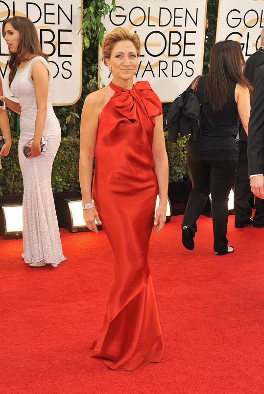 Podobné šaty už oblékla na Oscary Emma Stone v roce 2012 a Nicole Kidman v roce 2007. Herečce Edie Falco ale proporce těchto šatů od Lanvin vůbec nesedí na těch správných místech.