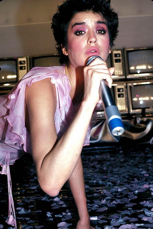 Janice Dickinson na snímku z roku 1982, kdy ke znásilnění mělo dojít.