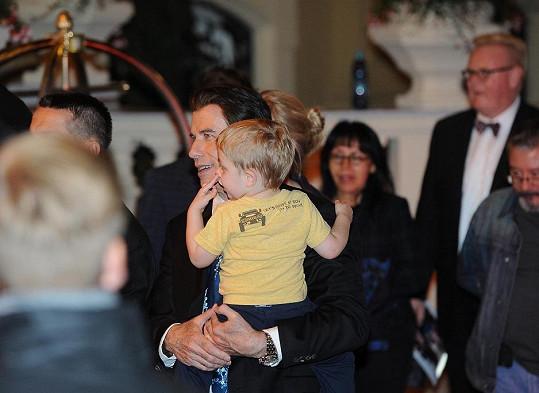Šťastný táta Travolta.