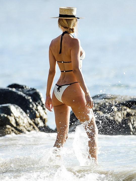 Kimberley Garner si užívá pohodu v Karibiku.
