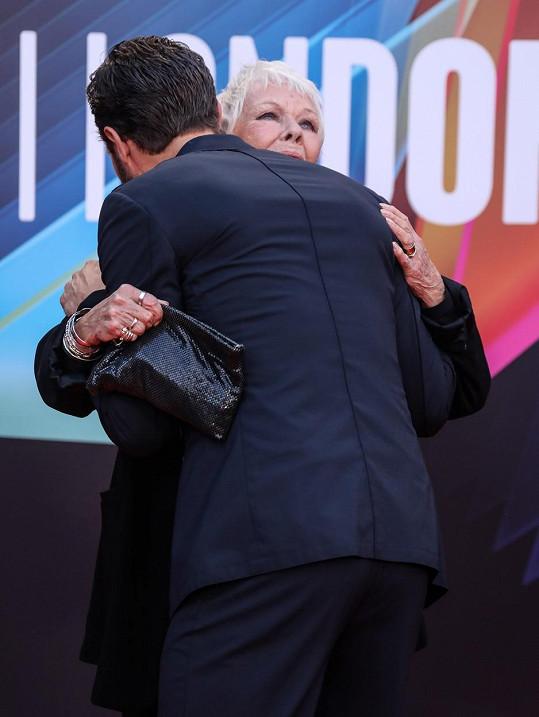 Herce objímala i kolegyně z filmu Judi Dench.