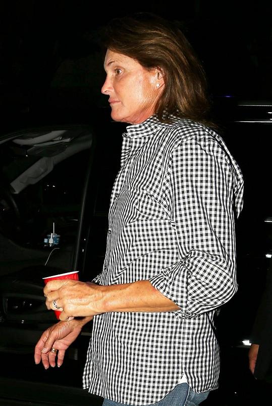 Jenner nezapře jemnější ženské rysy v obličeji.