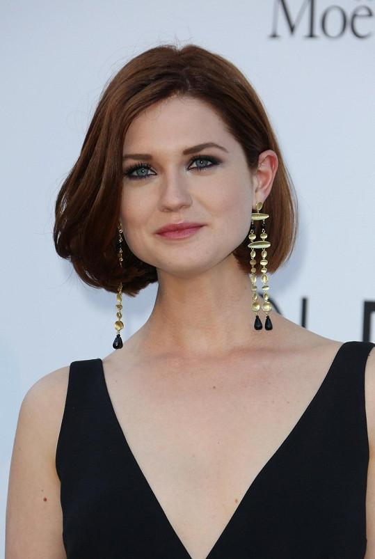 Britská herečka vyrostla do krásy.