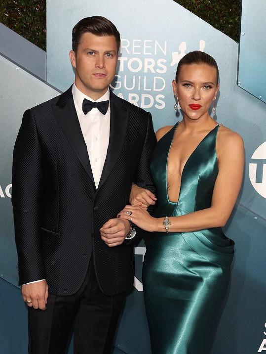 Scarlett Johansson a Colin Jost údajně čekají prvního společného potomka.