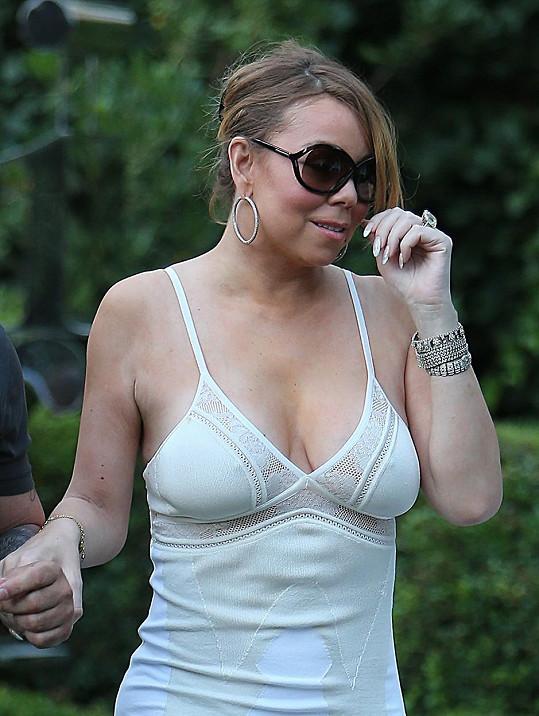 Mariah Carey v šatech připomínajících noční košilku