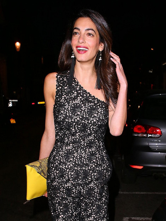 Manželka George Clooneyho je snad stále atraktivnější.