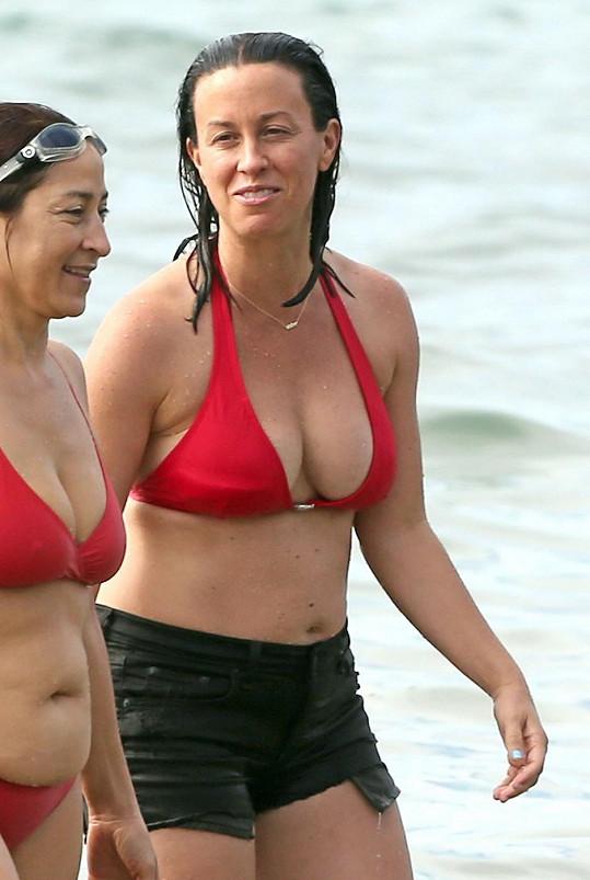 Alanis odjela s kamarádkou na Havaj.