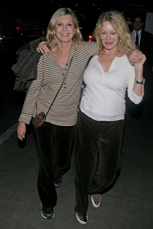 Olivia Newton-John se starší sestrou v roce 2008.