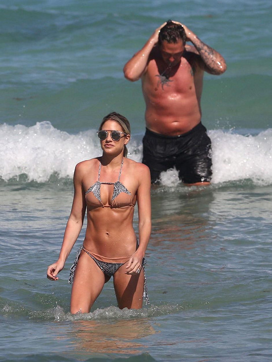 Manželé si užili odpoledne na pláži v Miami.