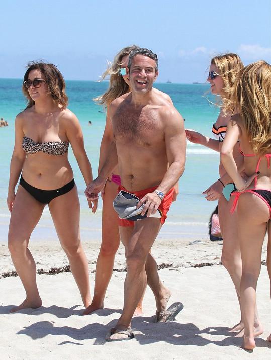 Andy Cohen je pořád obklopen fanynkami.