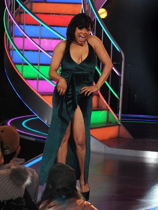 Stacy Francis ke svému odchodu ze soutěže zvolila odvážný model v horní i spodní části.