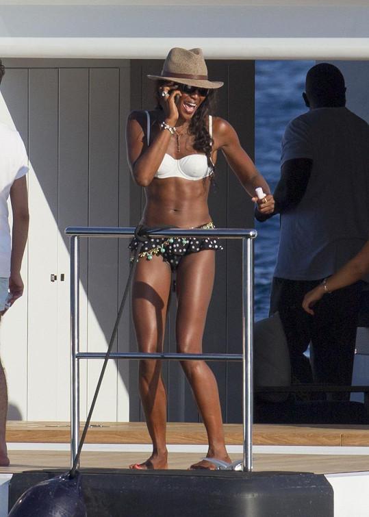 Postava Naomi Campbell ani po čtyřicítce nemá jedinou chybičku.