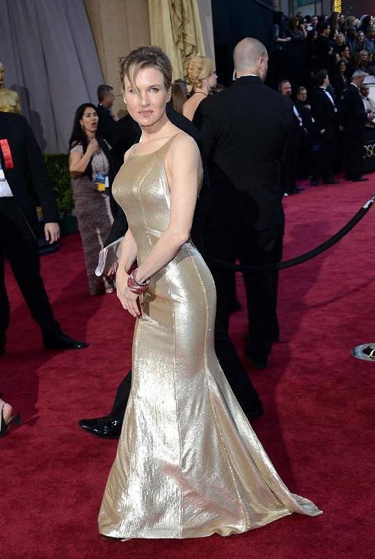 Renee byly šaty Carolina Herrera velmi těsné.