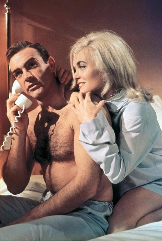 Shirley Eaton se Seanem Connerym v bondovce Goldfinger.