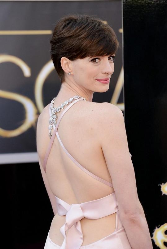 Anne měla zezadu šaty zavázané jako narozeninový dáreček.