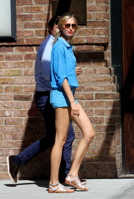 Česká modelka má nohy jako hůlky.