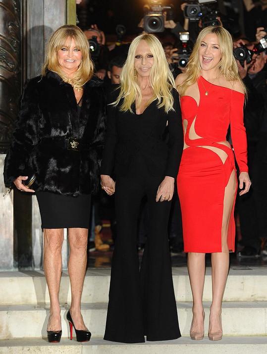 Přehlídku navštívily Goldie Hawn a Kate Hudson.