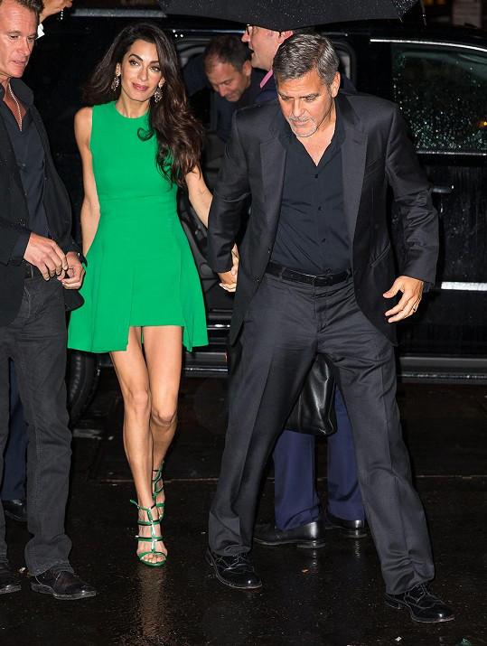 Amal Clooney se ráda pyšní svýma štíhlýma nohama.