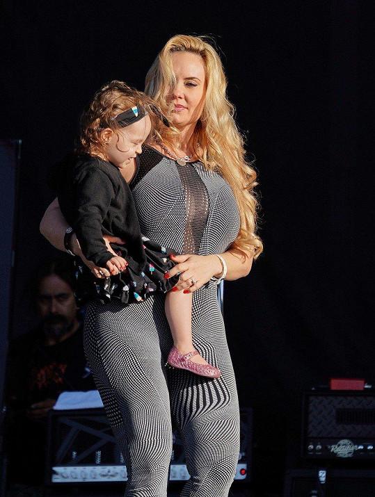 Coco se nedávno svěřila, že svou dcerku stále kojí.