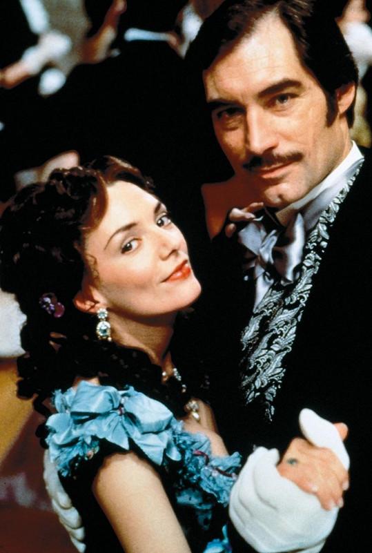 Joanne Whalley ve své slavné roli. Na snímku s Timothym Daltonem.