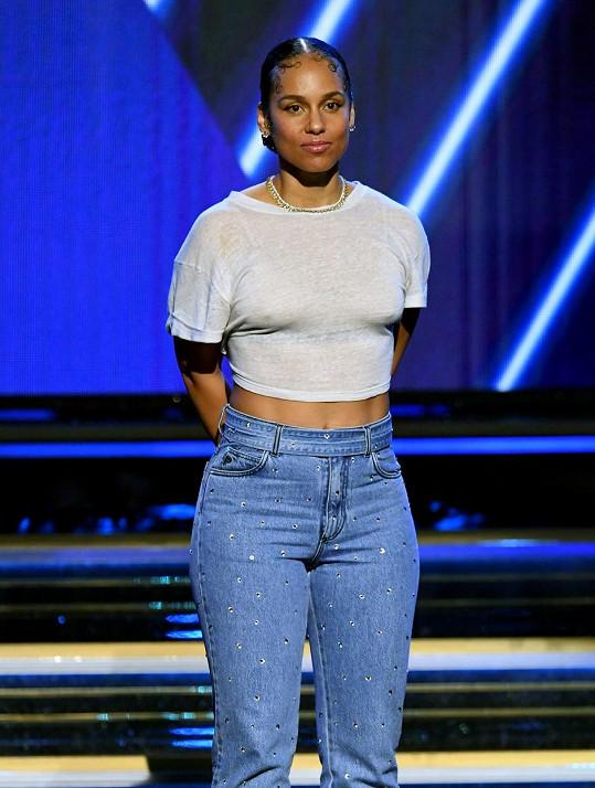 Alicia Keys moderovala předávání cen Grammy a byla ze zprávy o odchodu hvězdy basketbalu zdrcená.
