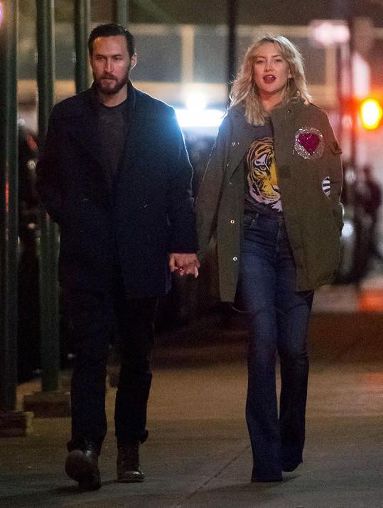Kate Hudson randí s Dannym Fujikawou