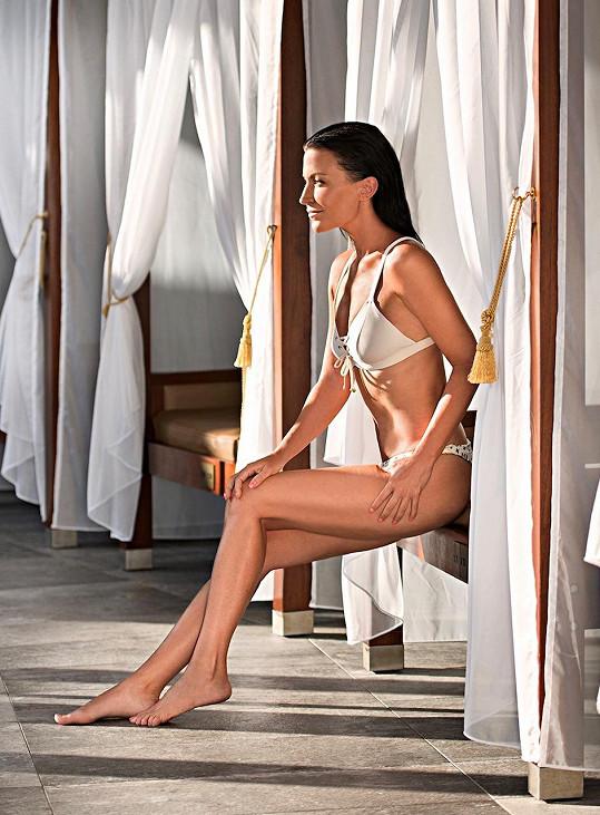 Denně cvičí jógu, což se na jejím těle projevilo.