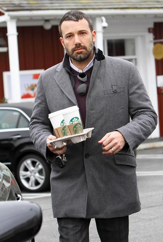 Affleck následně nesl kávu i svým známým.